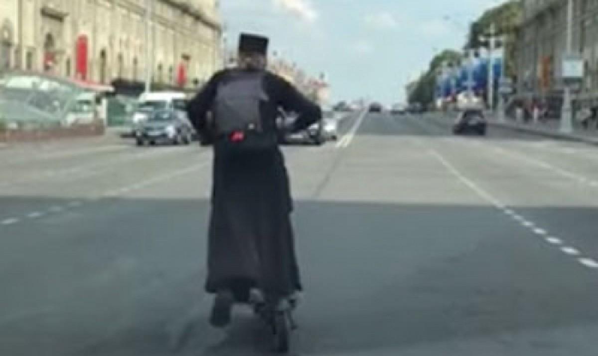 Видео: Священник на электросамокате порой нарушает правила