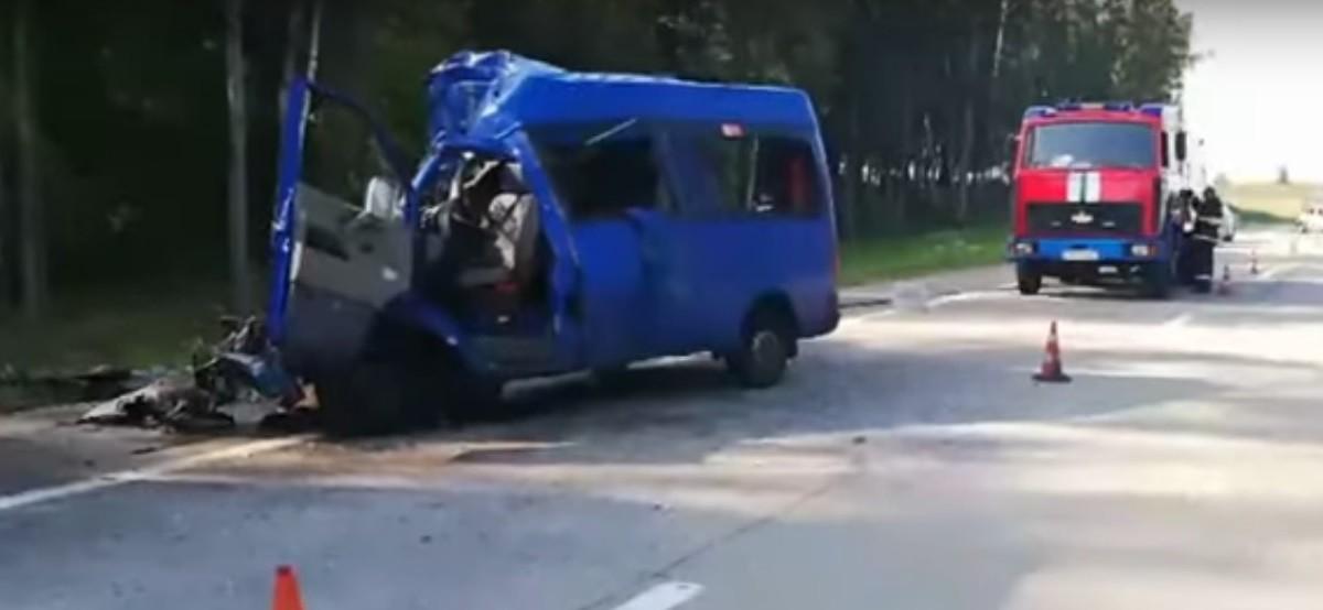 Видео: Маршрутка влетела в МАЗ. Есть погибшие