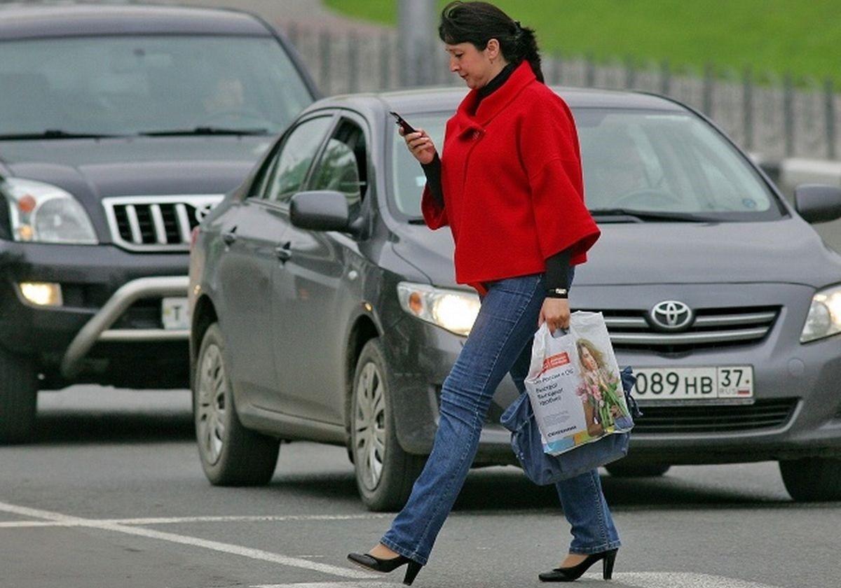 Изменения в ПДД: Пешеходам запретят пользоваться гаджетами при переходе проезжей части