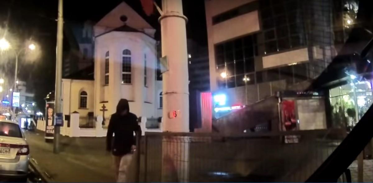 Видео: Задержан хулиган, порезавший колесо милицейской машины
