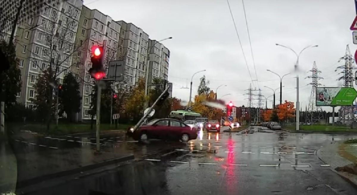 Видео: Водитель в Минске снес светофор и скрылся. Потом – раскаялся и вернулся