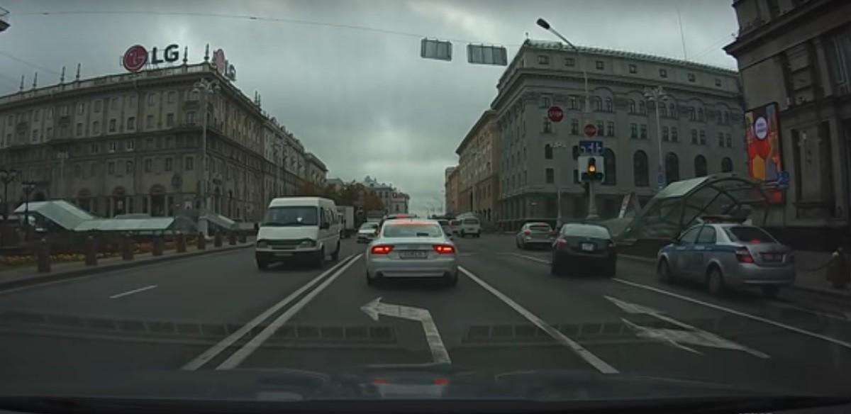 Видео: В столице водитель Honda жестко подрезал авто ГАИ и спокойно поехал дальше