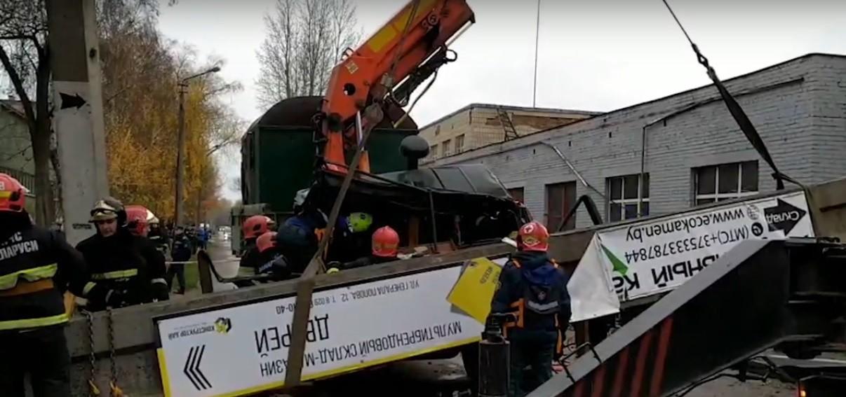 Видео: КАМАЗ обрушил бетонную опору на грузовик в Бресте. Оказались заблокированными два человека