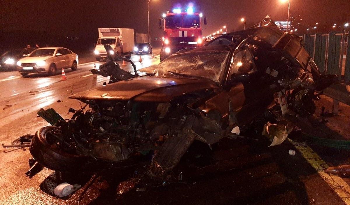 Видео: Серьезная авария на МКАД 14 ноября. BMW врезался в отбойник и превратился в груду металлолома