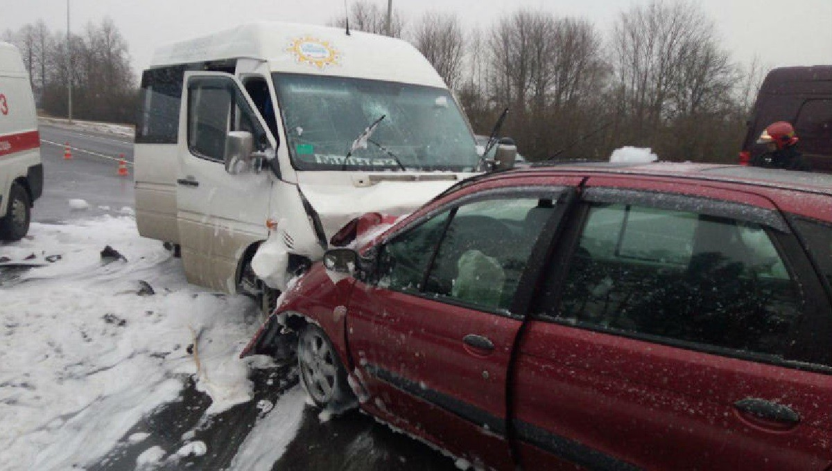 Renault столкнулся с маршруткой: что произошло на трассе Р28?