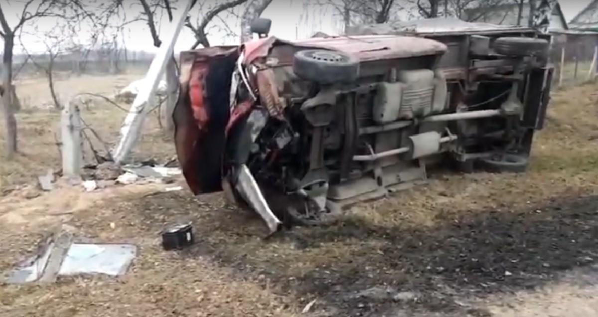 Видео: Грузовой Mercedes перевернулся в Могилевском районе. Пострадали три человека