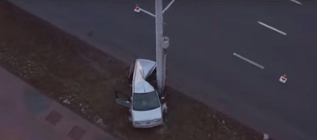 Видео: Peugeot сначала врезался в Citroen, потом – в осветительную мачту