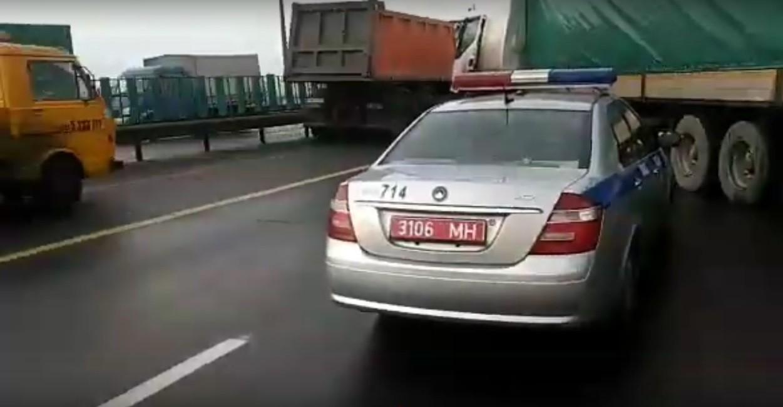 Видео: На МКАД столкнулись четыре машины. Среди них - фуры и седельный тягач