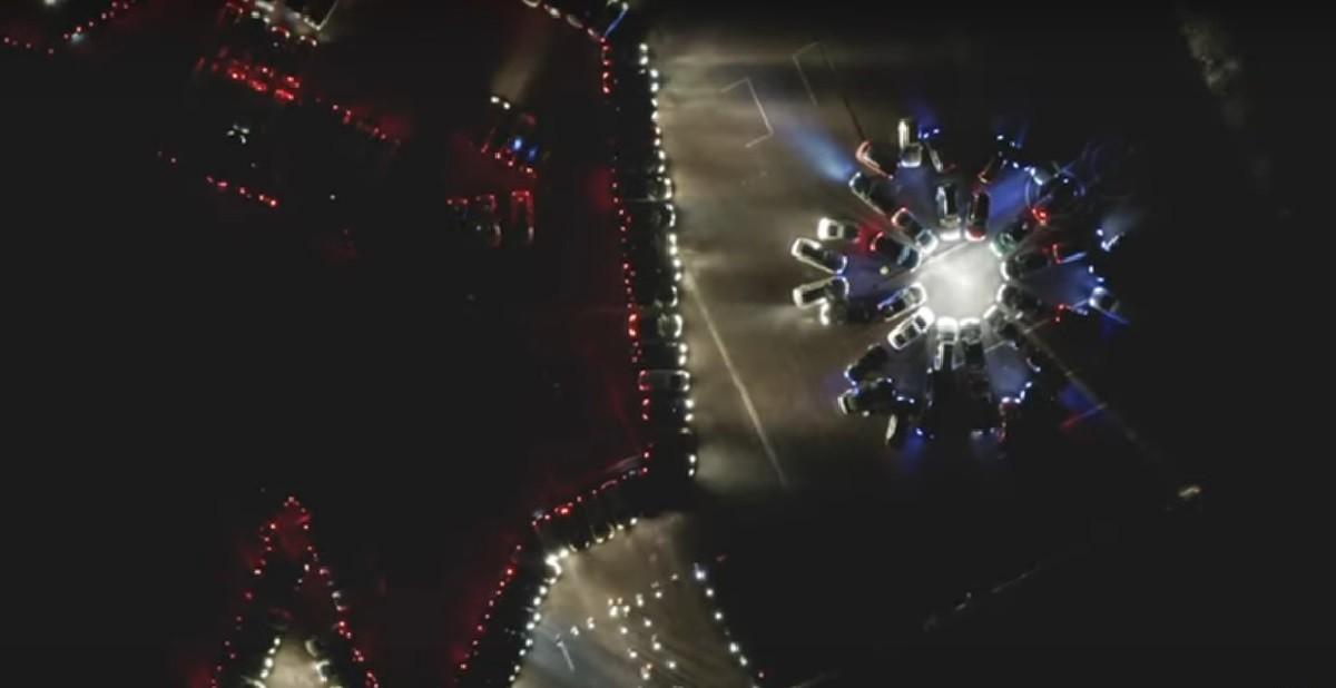 В Минске – елка из каршеринговых авто, а в Гродно – зубр и василек из машин