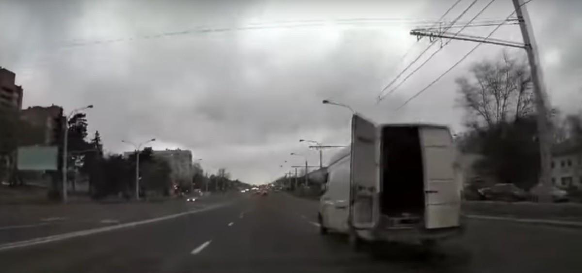 Видео: Водители сами остановили белый «Мерседес» с пьяным лихачом за рулем