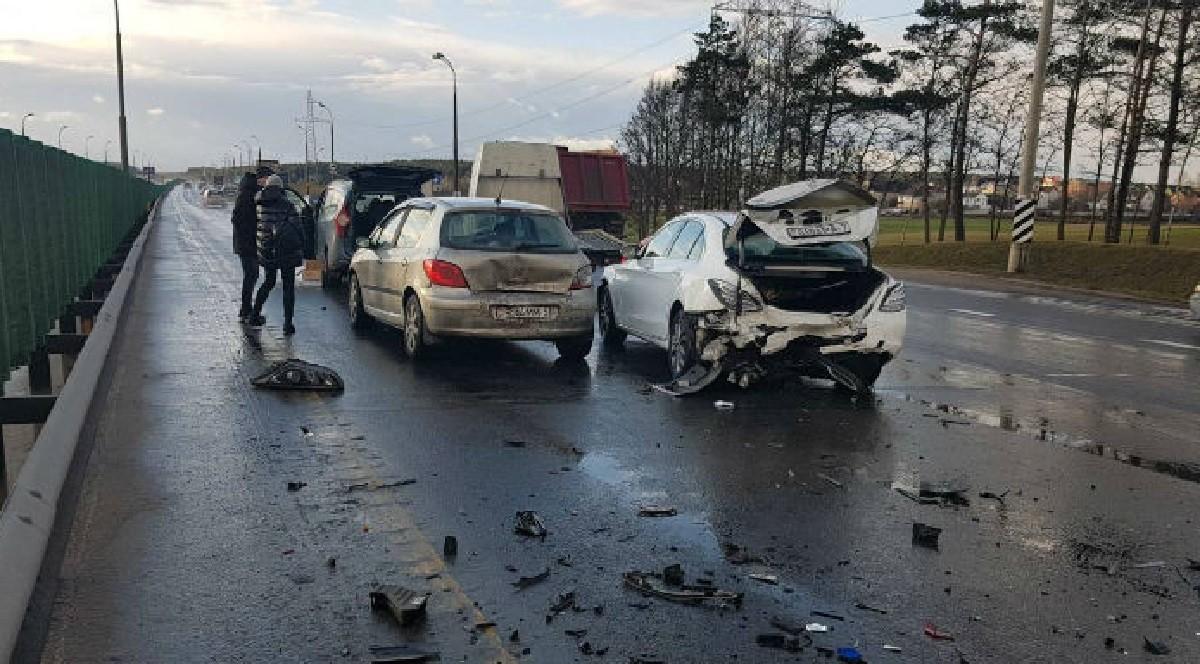 Видео: Авария на внешнем кольце МКАД. Столкнулись четыре машины – пострадали два водителя