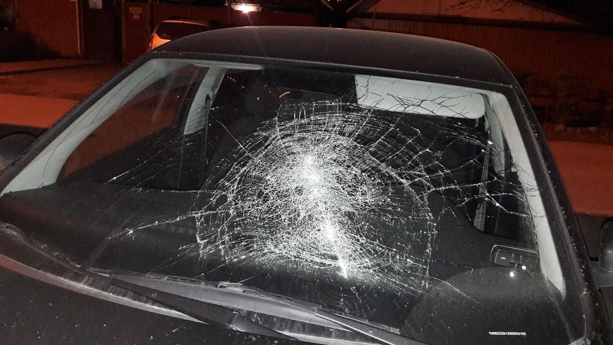 Видео: Пьяный водитель разбил припаркованный автомобиль ливневой решеткой